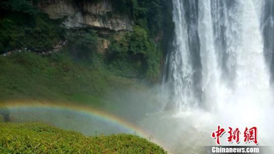 贵州黄果树瀑布达到景区开放以来国庆黄金周的最大水量,黄果