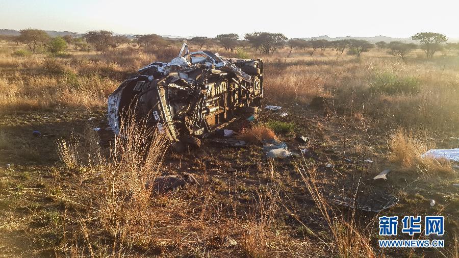 这是10月1日在南非约翰内斯堡附近的车祸现场拍摄的事故大巴。