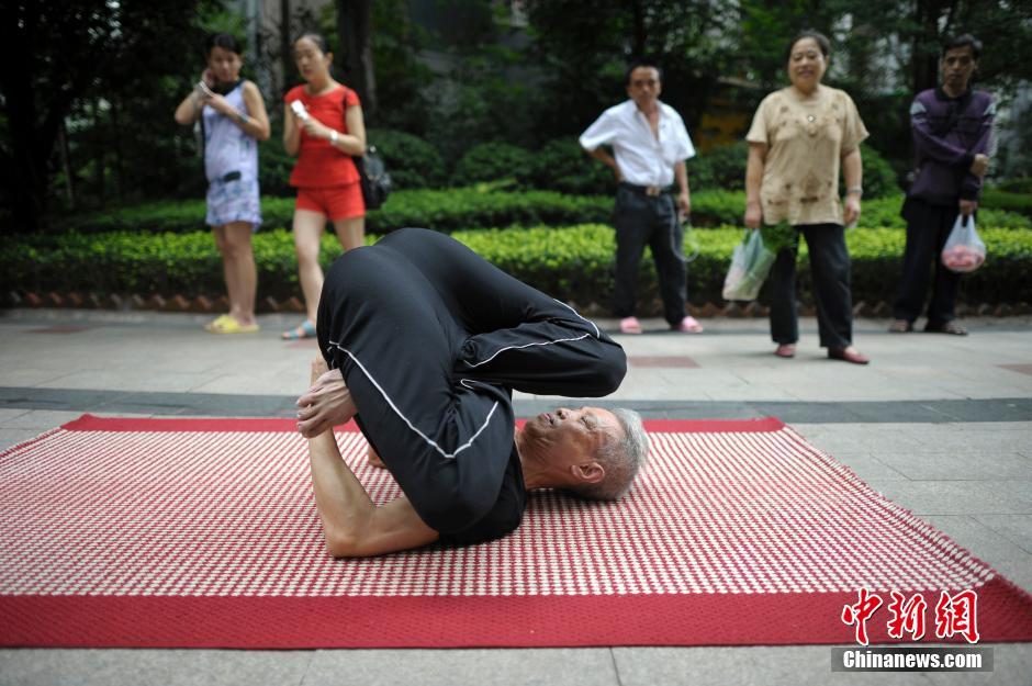 10月2日消息,重庆63岁雷大爷练就瑜伽绝技,吸引众多市民围观。中新社发 渝友图片来源:CNSPHOTO
