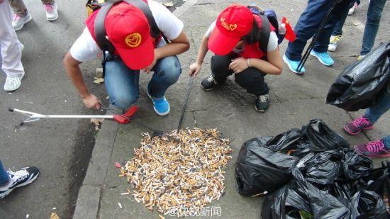 西湖1.5公里路段志愿者3小时捡3000多个烟头