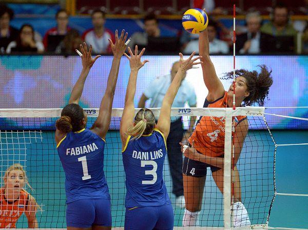 图文:巴西女排3-1荷兰 双人拦网