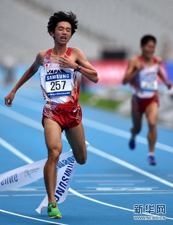 10月3日,日本选手松村康平在赛后庆祝。当日,在2014仁川亚运会田径男子马拉松比赛中,日本选手松村康平以2小时12分39秒的成绩获得亚军。(新华社记者 蔺以光)