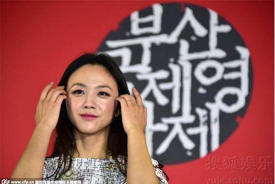 韩国媳妇汤唯釜山宣传《黄金时代》,大方秀婚戒。(点击进入组图)