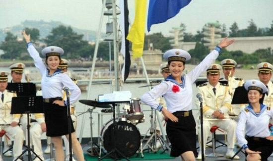 原文配图:文工团女兵载歌载舞表演节目。