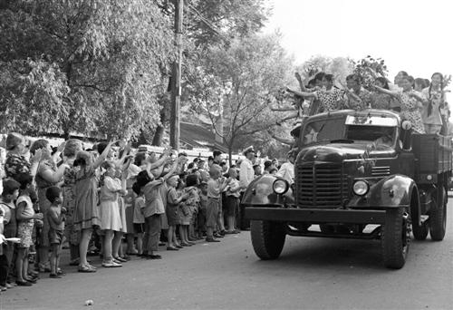 我国胜利试制出第一批国产 解放 牌汽车而欢呵责 材料照片高清图片