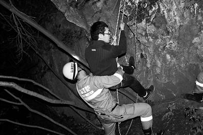 消防员利用绳索从险地救下被困游客