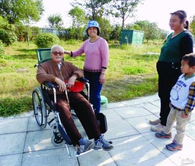 坐着轮椅来助威喝彩的92岁王大爷。