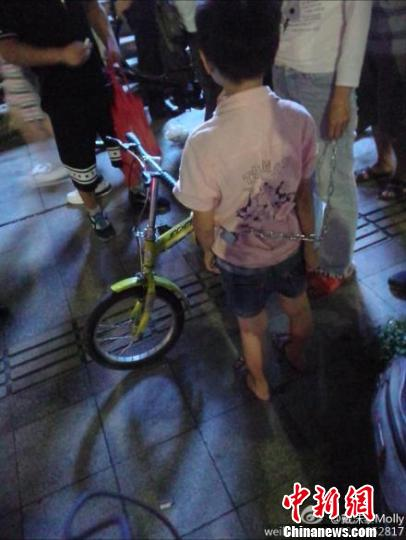 珠海一女子用铁链拖小孩,6日零时,一名网友发的微博引发网友关注,该图摘自网友截图 戴沫黎Molly 摄