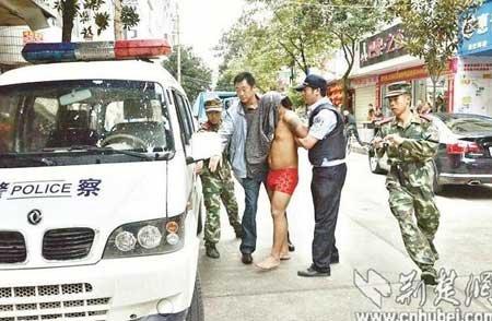 图为:民警控制吸毒男子