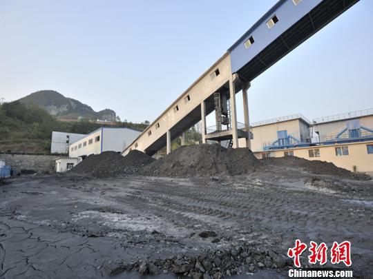 贵州永贵能源公司黔西新田煤矿发生煤与瓦斯突出事故井口。 李克 摄