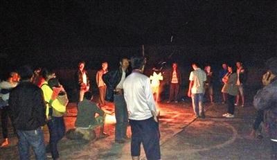 10月7日,云南省景谷县部分群众在室外避险(手机拍摄)。