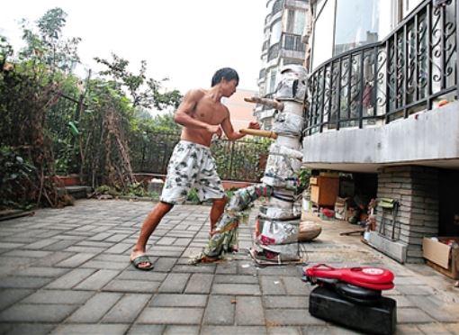 马连华在小区内设置了拳桩,武术队训练结束后他还要加练。