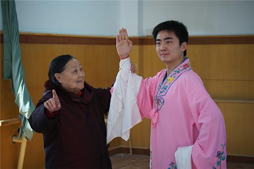 豫剧大师马金凤先生为弟子刘冰说戏 资料图