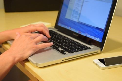 新玩意儿保护手腕不被MacBook边缘弄疼