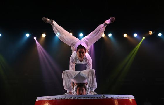 高难度的杂技表演被搬上舞台图片
