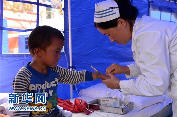 10月8日,武警普洱支队官兵在景谷县永平镇小学安置点为受灾群众搭建帐篷。 新华社发(李善明摄)