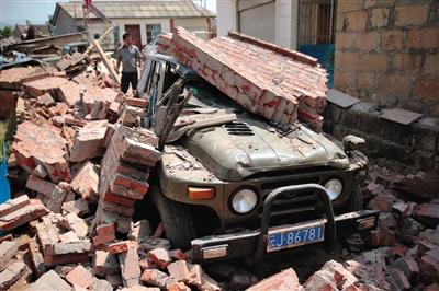 永平镇一小区围墙倒塌砸坏车辆。