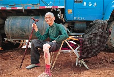 距离震中11公里,民乐乡恩孔村,部分房屋有破损,85岁叶明凤老人腿部被房顶掉下的砖块砸伤,等待医治。