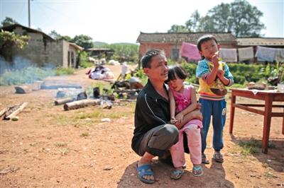 距离震中10公里,团结村,56岁杨大春在地震发生时抱着孙子和孙女逃出来。