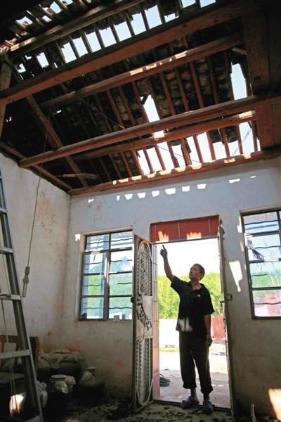 距离震中10公里,团结村,56岁杨大春讲述地震时的情景。他说家里门前的摩托车被地震甩出5米,房屋瓦片像雨一样落下。