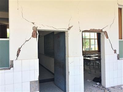 永平镇第一小学破损的教学楼。