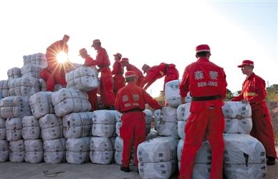 武警森林消防武警官兵帮运云南民政厅调运的1万床被子和2000件大衣,当地仍缺乏帐篷。