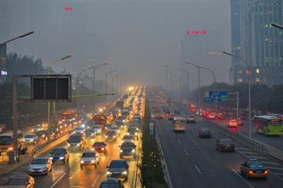 昨日,东三环双井桥,晚高峰的车流隐没在雾霾中。当日,京城重污染持续了一天,预计未来三天还将持续重度污染状态。新京报记者 吴江 摄