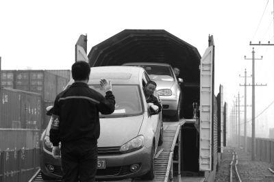 司机们小心翼翼地将车开出。记者王海欣摄