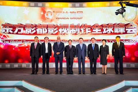 王健林与东方影都产业园领导团队合影。