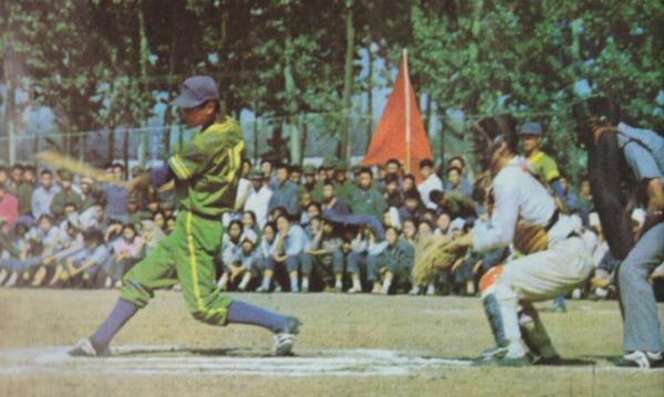 """""""文革""""末期,棒球运动有了复苏的迹象。1974年,时隔13年后,棒球全国比赛再次举行。外交、政治因素在棒球运动恢复的过程中,依旧起了决定性的作用。"""