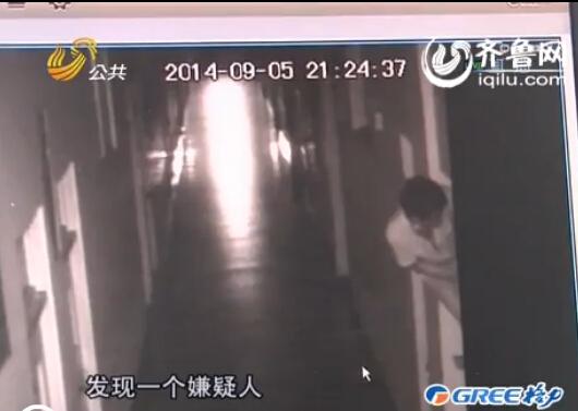 随后可疑男子搬走凳子抱来桌子,踩在桌子上翻进办公室内(视频截图)