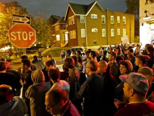 当地聚集的抗议人群。