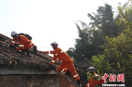 图为消防战士在普洱景谷永平镇芒蜡村统计村民受灾情况。 杨坤 摄