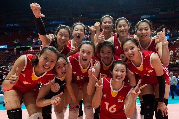 图文:女排3-2多米尼加 中国队庆祝
