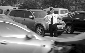 尹喜平曾亲自当交警指挥交通(资料图片)