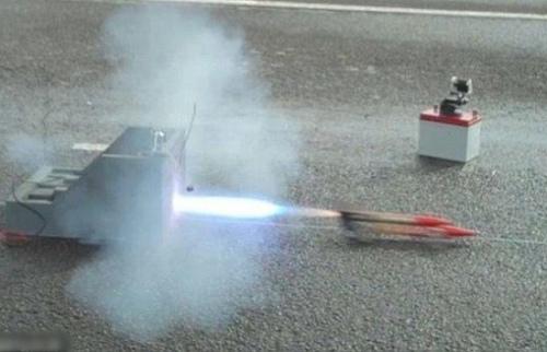 英一中学生用简单配件制火箭车 时速超800公里