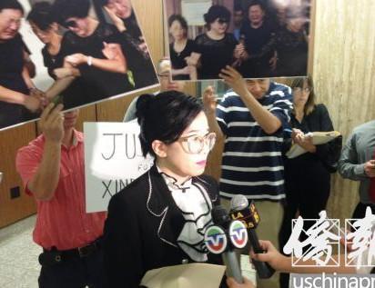 律师蔡玟慧在法庭外接受媒体的采访。美国《侨报》/邱晨 摄