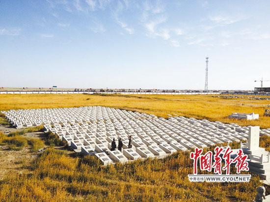9月27日,在海拔5231米的唐古拉山口,总后青藏兵站部某汽车团三营教导员闫红磊带领战士重温入党誓词。本报记者 王达摄