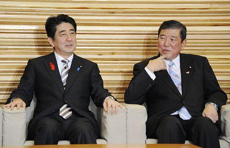10月10日上午,在内阁会议开始之前,石破茂(右)与安倍晋三(左)谈诺贝尔和平奖问题。