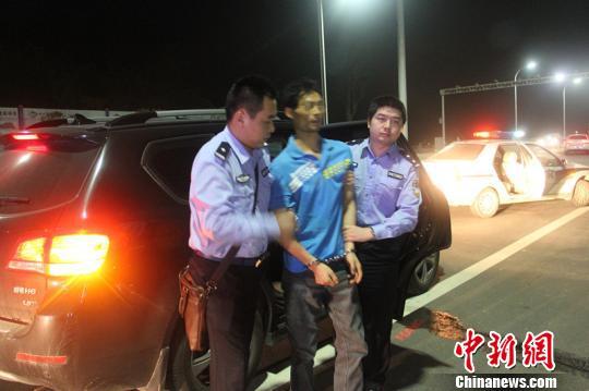 图为嫌疑人被带回郧县警局 段吉雄 摄
