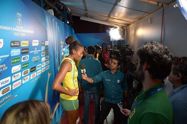 图文:美国女排3-0巴西进决赛 采访法比亚娜