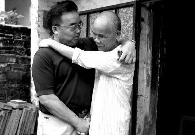 2014年9月16日,被无罪释放的徐辉右和他的辩护律师相拥。