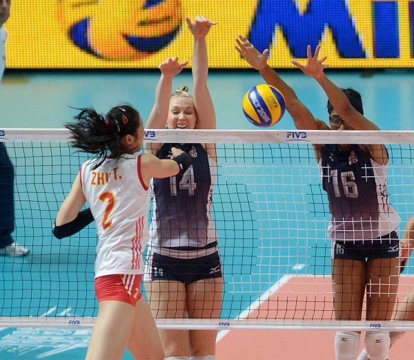 图文:中国女排1-3美国获亚军 朱婷扣球