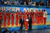 图文:女排世锦赛颁奖 惠若琪接受奖盘