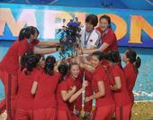 图文:女排世锦赛颁奖 给教练献花