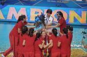 图文:女排世锦赛颁奖 给郎导鲜花