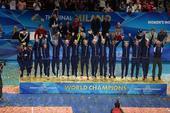 图文:女排世锦赛颁奖 美国登冠军领奖台