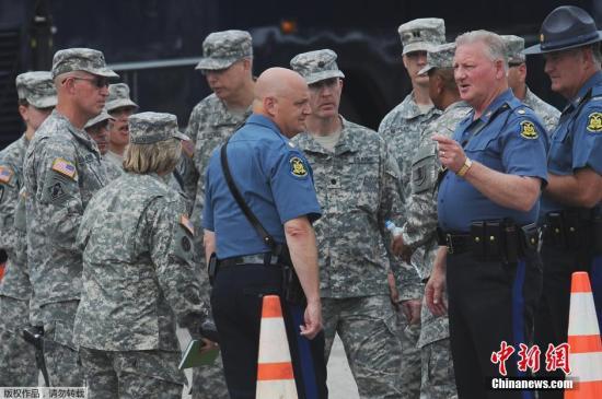 资料图:美国弗格森,国民警卫队成员在当地巡逻。