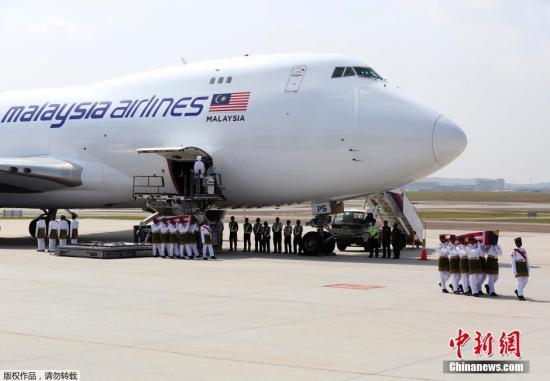 资料图:8月22日,首批马来西亚MH17事故遇难者遗体回国,而在荷兰,又有2具遗体确认为马来西亚人,马方计划于稍后将其他确认身份的遗体运送回国。