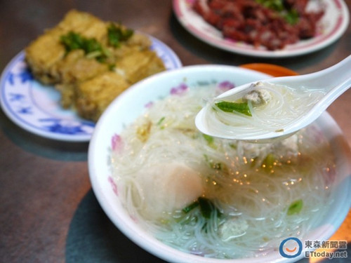 """添加芹菜、油葱、旗鱼肉与福州丸的米粉汤,吃起来清爽不腻。""""东森新闻云""""图"""